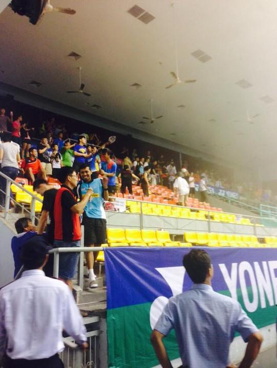 Khán giả và các tay vợt dự giải thở phào nhẹ nhõm sau sự cố...