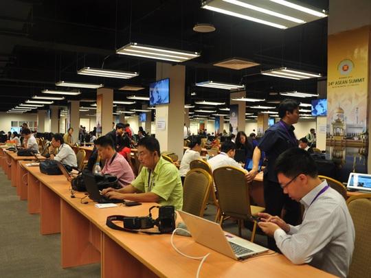 Các phóng viên Việt Nam và quốc tế tác nghiệp tại trung tâm báo chí của Hội nghị cấp cao ASEAN - Ảnh: Thế Dũng