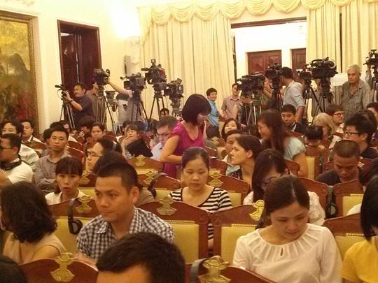 Đông đảo phóng viên trong nước và quốc tế tham dự cuộc họp báo