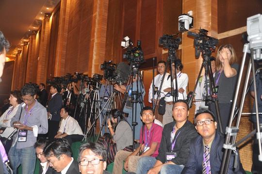 Phóng viên quốc tế trực chiến chờ bài phát biểu của Thủ tướng Việt Nam