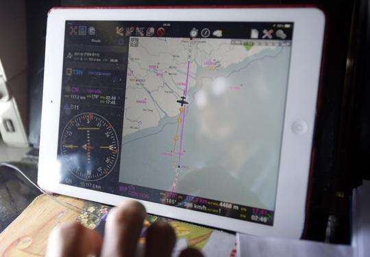 Lực lượng tìm kiếm trên chiếc AN26 đang theo dõi đường bay bay ra tìm kiếm chiếc máy bay mất tích ở vùng biển ngoài khơi Vũng Tàu - Ảnh: Reuters