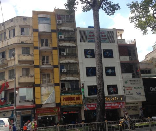 Nhà hàng Phượng Đỏ trên đường Trần Hưng Đạo, quận 1 – TP HCM, nơi vừa nhậu vừa xem các nữa tiếp viên múa thoát y với giá 5 triệu đồng!