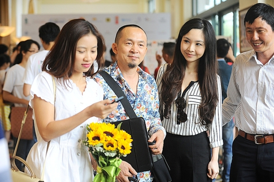 Nhạc sĩ Quốc Trung (thứ 2 từ trái qua)