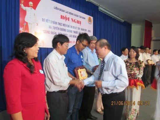 Ông Nguyễn Việt Cường, Phó chủ tịch LĐLĐ TP HCM, trao biểu trưng cho các gương điển hình.