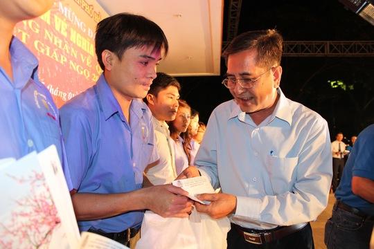 Ông Nguyễn Văn Rảnh, Trưởng ban Dân vận Thành ủy, tặng vé xe Tết cho công nhân khó khăn tại các KCX-KCN TP ẢNH: THANH NGA