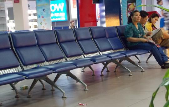 Vỏ hộp sữa uống hết và rác ở nơi đợi ra máy bay sân bay Tân Sơn Nhất...