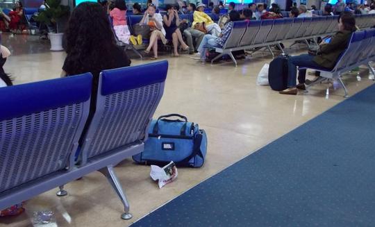 Rác dưới gầm ghế ngồi đợi ra máy bay ở sân bay Tân Sơn Nhất
