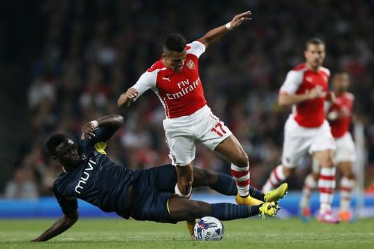 Alexis Sanchez (17) ghi bàn