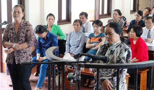 """Bị cáo Nguyễn Thị Sạnh tại phiên tòa sơ thẩm vụ """"Lừa đảo chiếm đoạt tài sản"""" vào sáng 1-4, tại TAND tỉnh Bình Phước."""