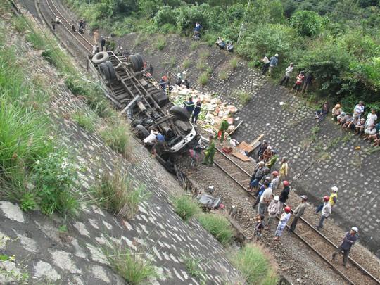 Xe tải văng xuống đường sắt, 2 vợ chồng nguy kịch