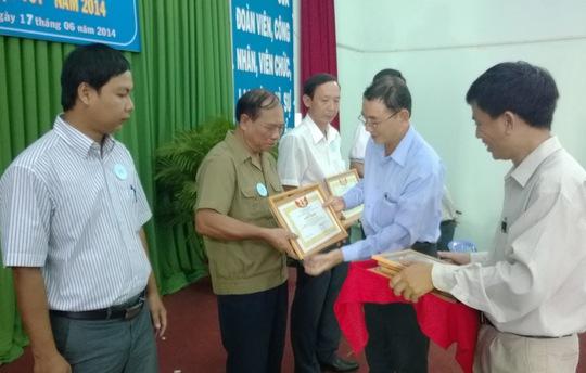 Ông Lý Minh Trúc, Phó bí thư quận ủy 12, TP HCM trao bằng khen cho các cá nhân tiêu biểu