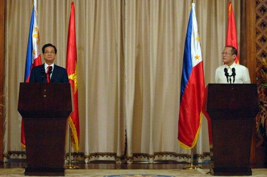 Tổng thống Cộng hòa Philippines Benigno S. Aquino III và Thủ tướng Chính phủ Nguyễn Tấn Dũng tại buổi họp báo sau hội đàm