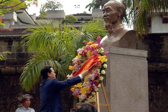 Thủ tướng Nguyễn Tấn Dũng và các thành viên trong đoàn Thủ tướng Nguyễn Tấn Dũng và các thành viên trong đoàn đã tới Công viên ASEAN Intramuros Manila, đặt vòng hoa tại Tượng Chủ tịch Hồ Chí Minh tại Công viên ASEAN Intramuros Manila, vòng hoa tại Tượng Chủ tịch Hồ Chí Minh ở Philippines