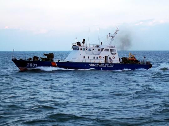Tàu CSB 2001 cơ động tiếp cận tàu Sunrise 689