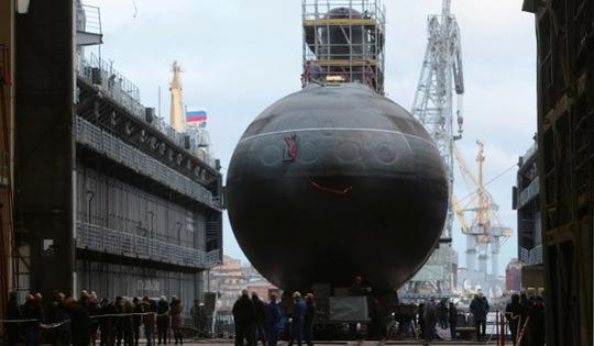 Tầu ngầm Thành phố Hồ Chí Minh khi được đưa lên tàu vận tải vận chuyển về Việt Nam - Ảnh: Ria-Novosti