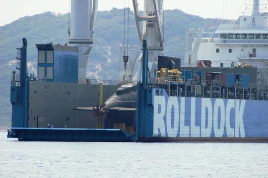 Tàu vận tải Roll Dock trước thời điểm làm ngập nước để Tàu ngầm Thành phố Hồ Chí Minh tự nổi - Ảnh: Kỳ Nam