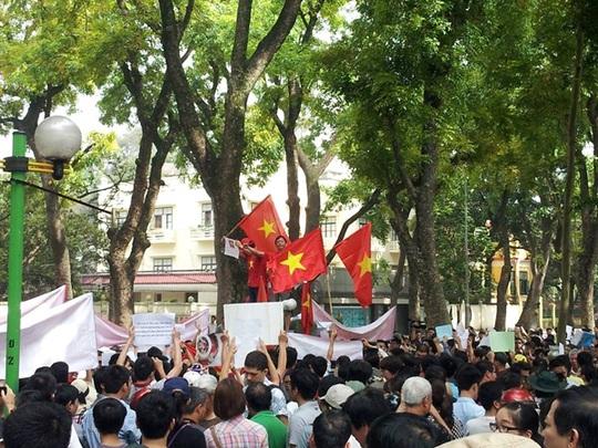 Những người thanh niên hô vang khẩu hiệu phản đối Trung Quốc và được người dân hưởng ứng