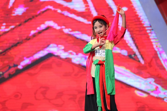 Màn trình diễn duyên dáng của Thị Mầu 8 tuổi Nguyễn Đức Vĩnh