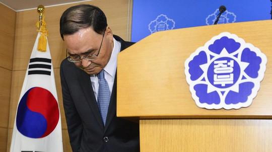 Thủ tướng Chung Hong-won nhận trách nhiệm sau khi tuyên bố chức - Ảnh: Reuters