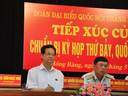 Thủ tướng Nguyễn Tấn Dũng chăm chú lắng nghe, ghi chép ý kiến, kiến nghị của cử tri