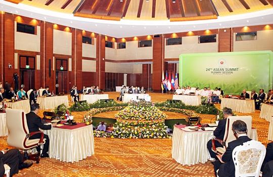 Thủ tướng Nguyễn Tấn Dũng và các nhà lãnh đạo ASEAN tại phiên họp toàn thể Hội nghị cấp cao ASEAN ngày 11-5 - Ảnh: Đức Tám