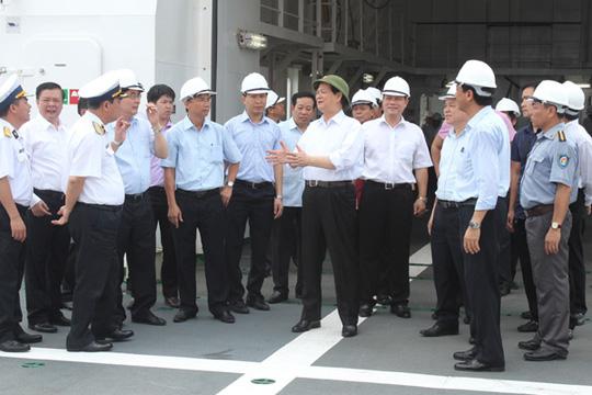 Thủ tướng Nguyễn Tấn Dũng trao đổi với cán bộ, nhân viên Công ty Đóng tàu Hạ Long và đại diện các bộ, ngành trên boong tàu KN-781