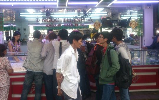 Tiệm vàng Ngọc Thành tại chợ Thiếc, phường 6, quận 11 – TP HCM, nơi bị đối tượng Lâm dùng gạch đập vỡ kính để trộm vàng vào chiều 2-7.