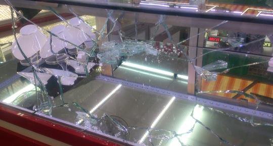Tấm kính tủ trưng vàng bị Lâm đập vỡ.