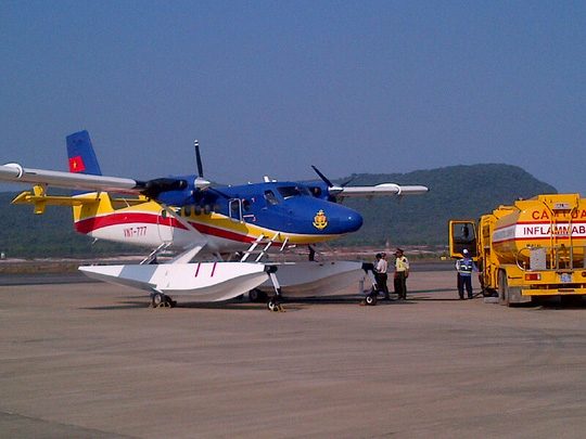 Tiếp xăng cho thủy phi cơ DHC6 trước khi lên đường làm nhiệm vụ tìm kiếm - Ảnh: Quý Lâm