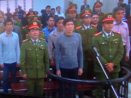 Dương Tự Trọng (giữa) bị tuyên phạt mức án nặng nhất 18 năm tù - Ảnh chụp qua màn hình