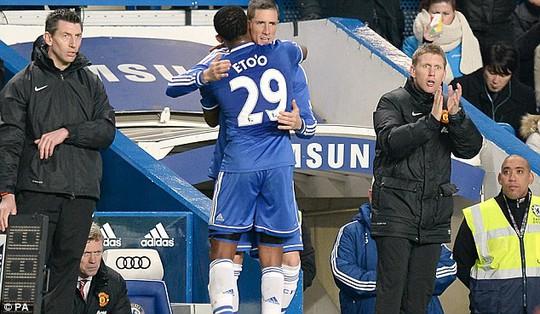 Torres vào sân thay Etoo và gặp chấn thương ngay sau đó