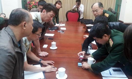Trung tướng Võ Văn Tuấn trao đổi với các Tùy viên quân sự Malaysia và Singapore về việc phối hợp tìm kiếm chiếc máy bay mất tích của Malaysia