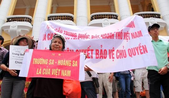 Đoàn diễu hành phản đối Trung Quốc trước Nhà hát lớn Hà Nội