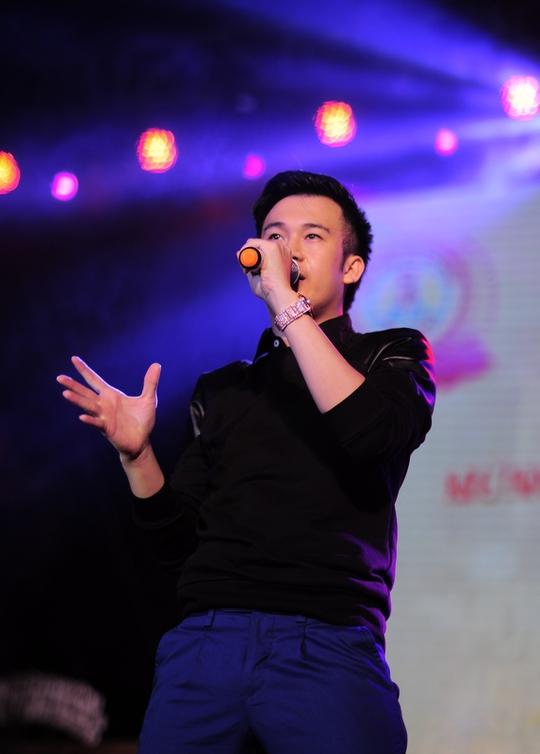 Ca sĩ Dương Triệu Vũ biểu diễn tại chương trình