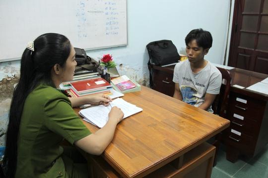 Nguyễn Ngọc Tuấn (phải) trình bày lời khai về vụ đánh nhau