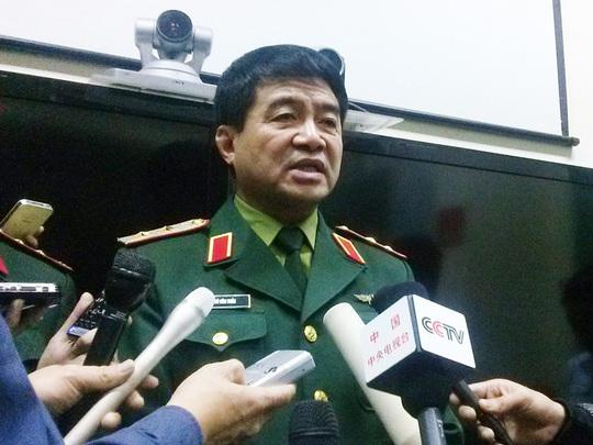 Trung tướng Võ Văn Tuấn chiều 15-3 thông báo Việt Nam ngừng hoạt động tìm kiếm máy bay Malaysia mất tích - Ảnh: Nguyễn Quyết