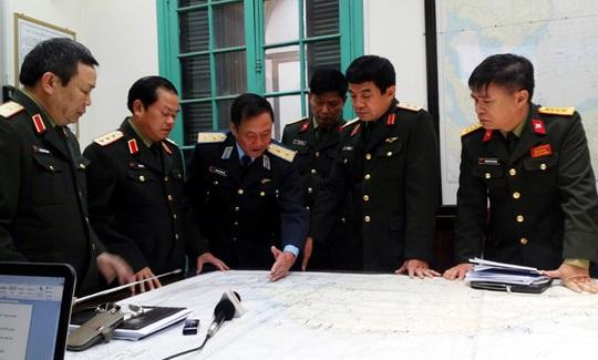 Thượng tướng Đỗ Bá Tỵ (thứ hai từ trái qua) chỉ đạo việc tìm kiếm máy bay Malaysia bị mất tích - Ảnh: Văn Duẩn
