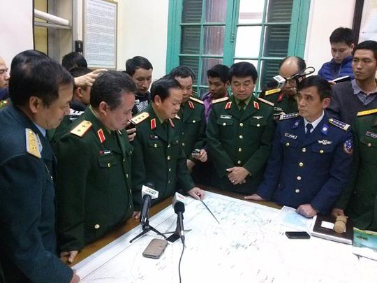 Thượng tướng Đỗ Bá Tỵ (giữa) đang trực tiếp chỉ đạo công tác tìm kiếm tại Phòng chỉ huy trung tâm Ủy ban Quốc gia tìm kiếm cứu nạn chiều 11-3 - Ảnh: Nguyễn Quyết