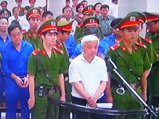 Nguyễn Đức Kiên (bầu Kiên) và các bị cáo nghe toà tuyên án ngày 9-6 - Ảnh chụp qua màn hình