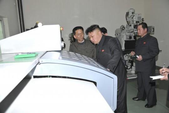 Nhà lãnh đạo Triều Tiên Kim Jong Un đến thị sát một cơ sở vũ khi hôm 20-3. Nguồn: Reuters