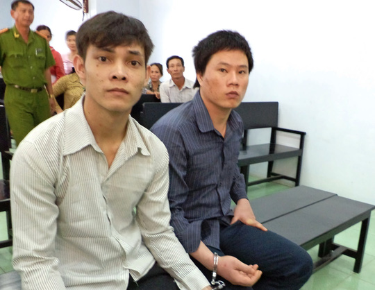 Bị cáo Uống và Sỹ tại phiên tòa sơ thẩm lần 1 do TAND huyện Bình Chánh – TP HCM, xét xử ngày 19-11-2013.