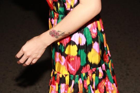 Hình hoa đào cũng là giải pháp để ca sĩ Uyên Linh che vết sẹo dài