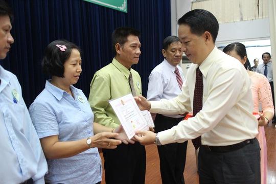 Ông Kiều Ngọc Vũ, Phó chủ tịch LĐLĐ TP HCM, trao kỷ niệm chương cho cán cán bộ Công đoàn tiêu biểu tại quận 5 ẢNH: HỒNG ĐÀO