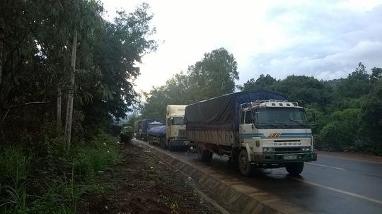 Hàng trăm xe tải xếp hàng dài né trạm cân