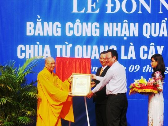 Ông Nguyễn Điểu, Phó Chủ tịch Hội Bảo vệ Thiên nhiên và Môi trường Việt Nam (thứ 2 từ phải sang) trao bằng chứng nhận quần thể cây di sản cho tỉnh Phú Yên