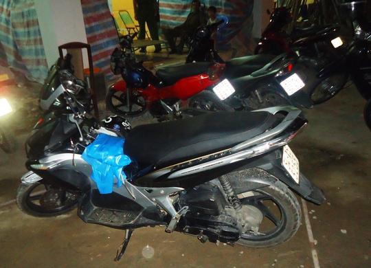 Xe trộm cắp được đưa về Công an xã Đông Hòa, thị xã Dĩ An, tỉnh Bình Dương lập biên bản.
