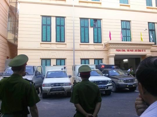 Xe đưa các bị cáo về nơi giam giữ sau khi kết thúc phiên tòa chiều 21-5