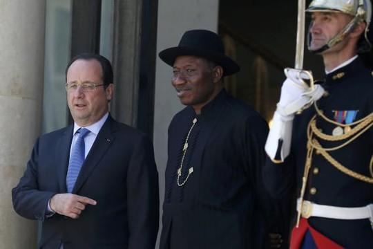 Tổng thống Pháp và Tổng thống Nigeria. Ảnh: Reuters