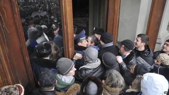 Những người biểu tình xông vào văn phòng thống đốc ở Lviv. Ảnh: AP