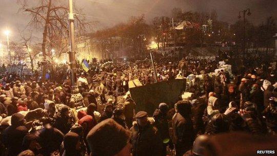 Những người biểu tình tụ tập tại Kiev tối 23-1. Ảnh: Reuters